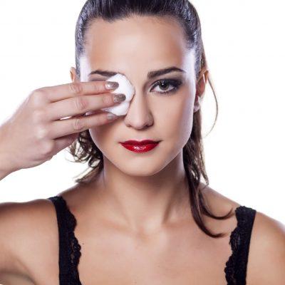 frau entfernt make up